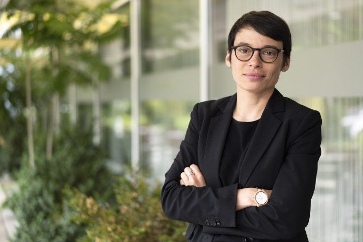 Josefine Paul, Mitglied des Vorstands des Deutschen Frauenrats stehend mit verschränkten Armen.