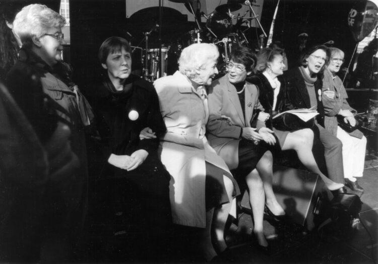 Rednerinnen Bühne mit Irmgard Jalowy, Angela Merkel, Hildegard Hamm-Brücher, Rita Süssmuth, Ursula Engelen-Kefer und anderen